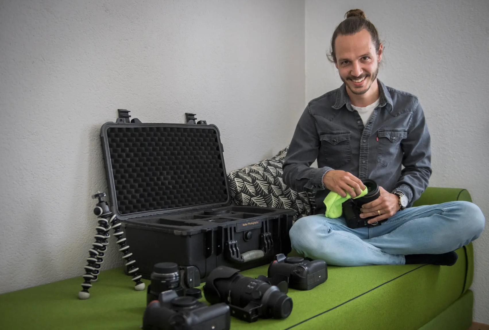 Jan Keller mit seiner Ausrüstung in seinem Büro in Pfyn. Es ist ungewiss, wann er die nächste Hochzeit fotografieren kann.