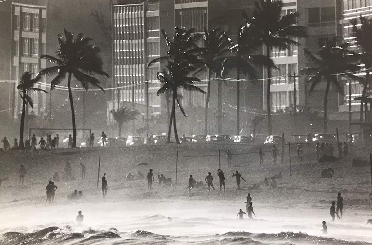 Copacabana, Rio de Janeiro, Brazil, 1968, Baryta print, 50 x 60 cm, Edition 20, ©Thomas Hoepker / Magnum Photos, Courtesy Bildhalle