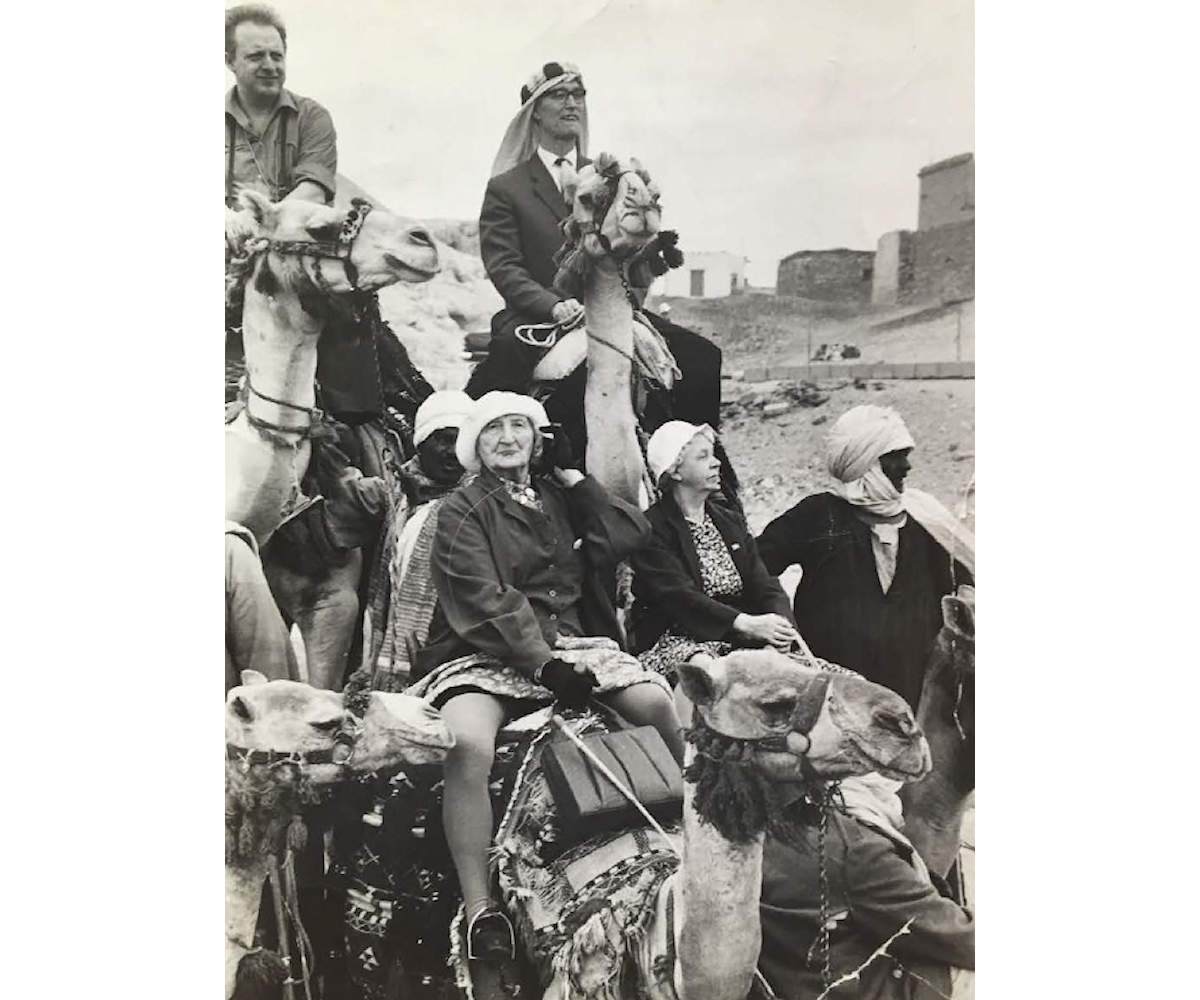 Group of Norwegian tourists mount their camels near the pyramids of Giza, Cairo, Egypt, 1962, VINTAGE Silver Gelatine print, 23.5 x 17 cm, UNIQUE PIECE, ©Thomas Hoepker / Magnum Photos, Courtesy of Bildhalle