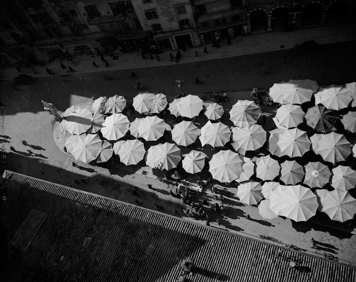 Verona umbrellas, Italy, 1950, Baryta print, 30 x 40 cm, Edition 8, signed and stamped by the estate // © Werner Bischof / Magnum Photos // Courtesy Bildhalle
