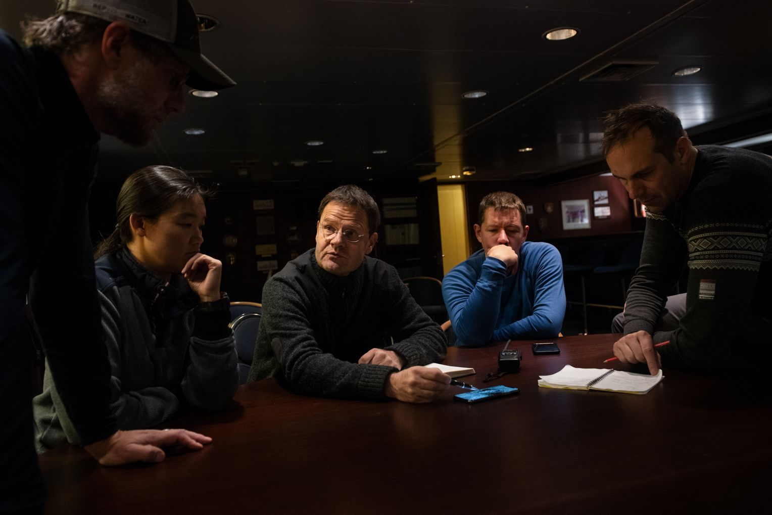 Lagebesprechung auf dem Schiff: Matthew Shupe, Allison Fong, Expeditionsleiter Markus Rex, Stefan Hendricks and Gunnar Spreen. Foto: Esther Horvath