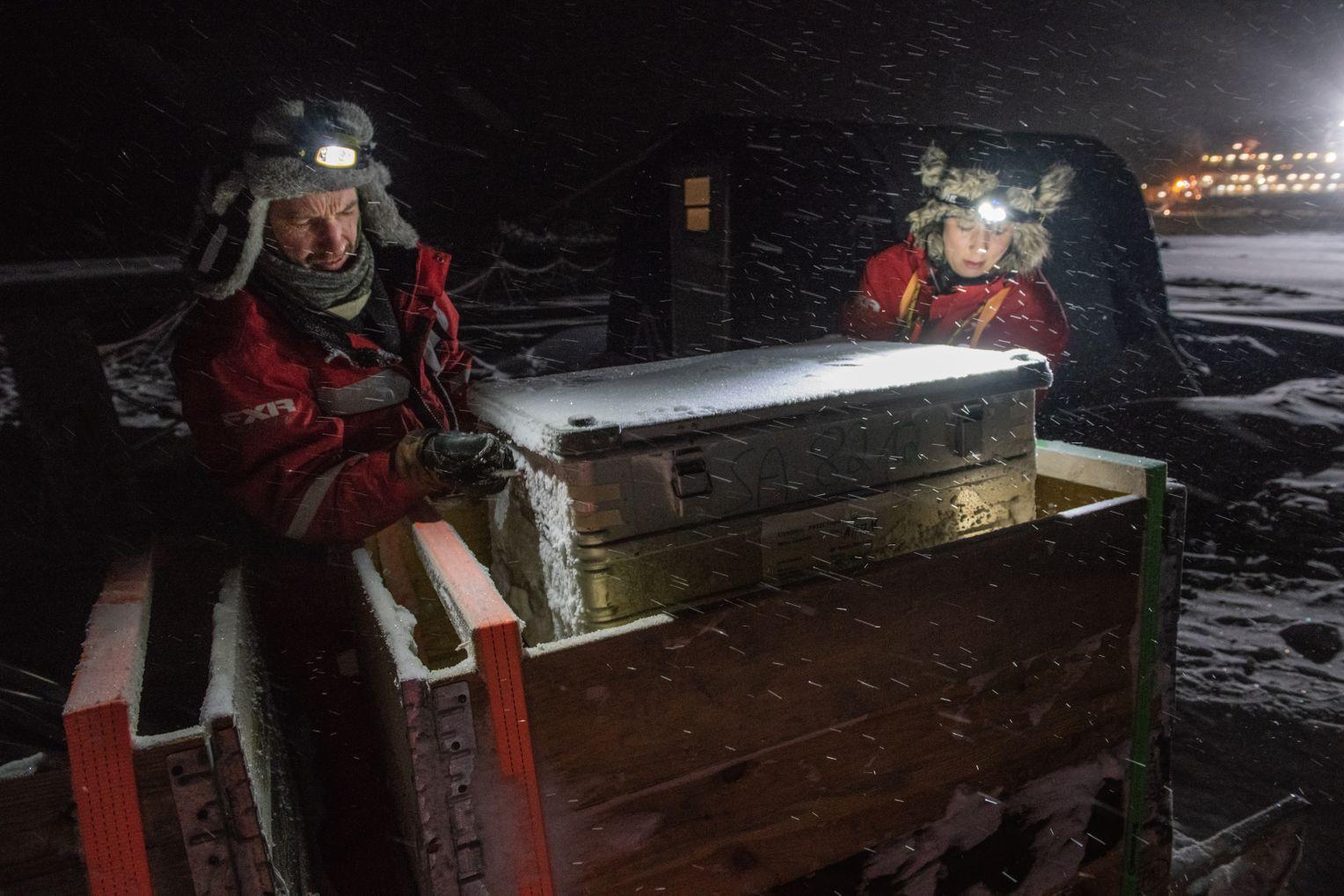 Doch das Eis hat seine eigene Dynamik: Jeden Tag konnte es brechen – dann musste Equipment gesichert und manchmal eine der Forschungsstationen an anderer Stelle wieder aufgebaut werden. Foto:Esther Horvath