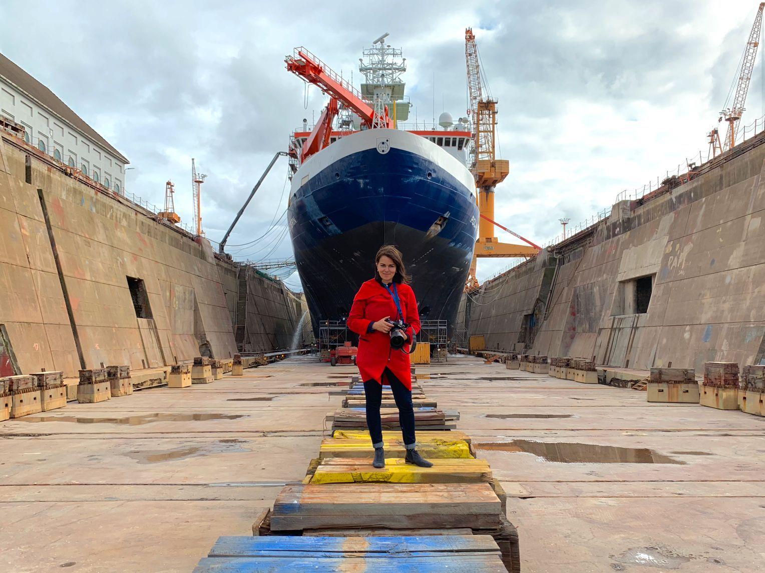 Vor der Abreise: Fotografin Horvath vor dem Schiff, bevor es drei Monate lang zu ihrer Heimat wird. Foto:Esther Horvath