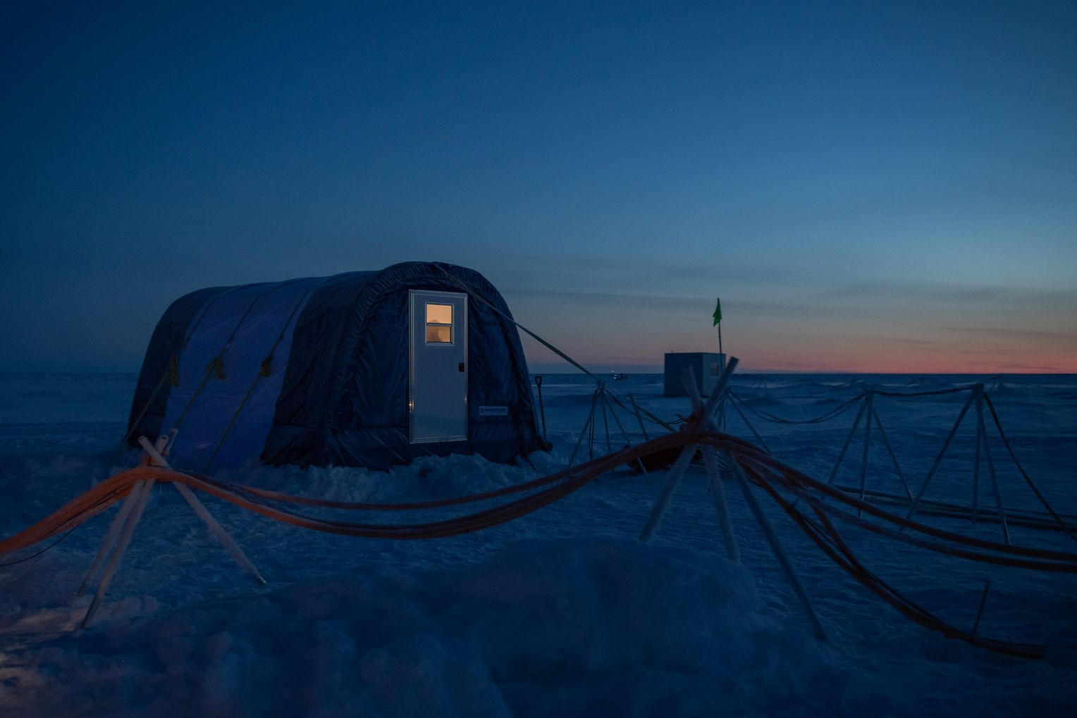 Rings um die »Polarstern« wurden Forschungs- und Messstationen in Zelten errichtet, mit dem Schiff verbunden durch Strom- und Datenkabel. Foto:Esther Horvath