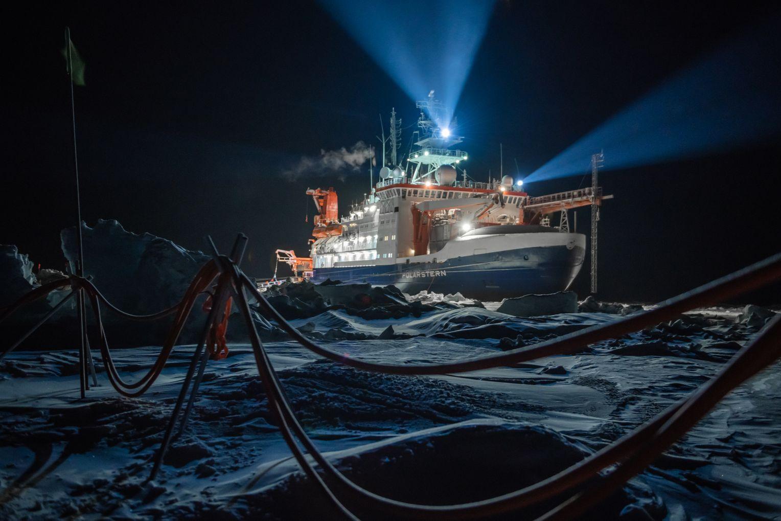 Schiff im Dunkeln: In der Polarnacht lieferte das Schiff »Polarstern« den Strom für das Licht. Mit Spotlights wird die Scholle beleuchtet, auf der die Forscher den Eisbrecher absichtlich festfrieren ließen. Foto:Esther Horvath
