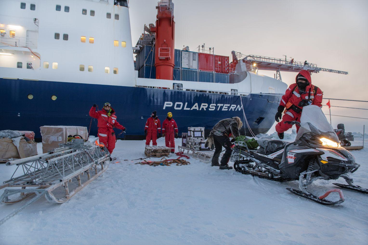 Rückblick zur Ankunft am 11. Oktober 2019 – da war es noch hell. Die Besatzung lädt ihre Fracht ab und baut die Forschungsstationen auf der Eisscholle auf. Foto:Esther Horvath