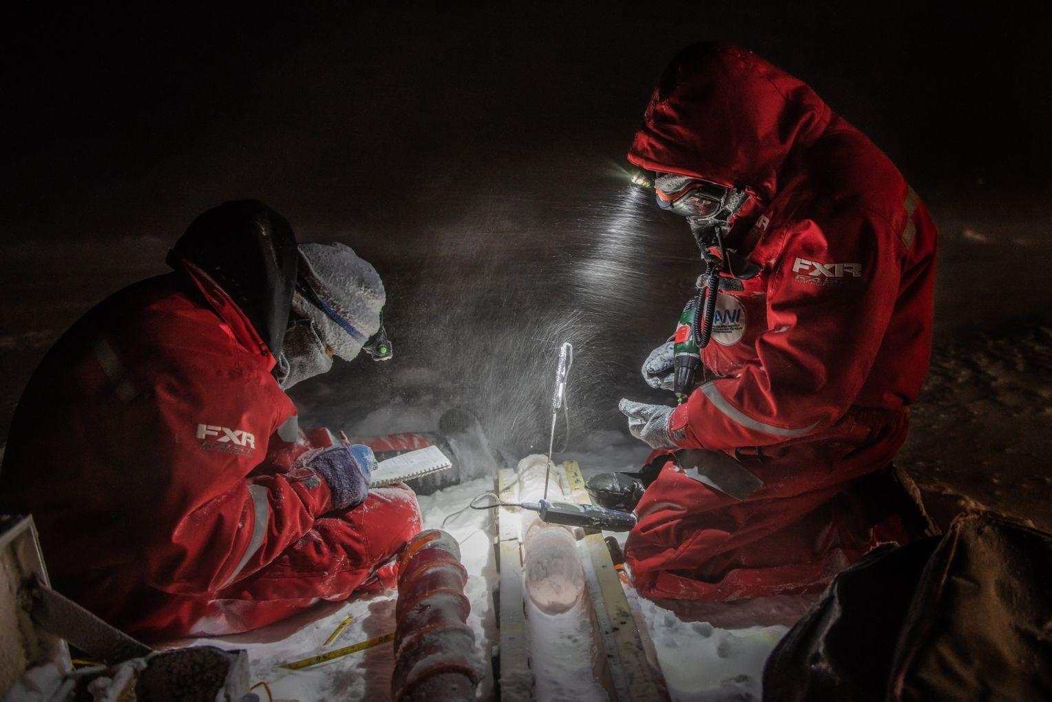 LLei Wang und Michael Angelopolous bei Temperaturmessungen an einem Eiskern. Das Wetter ist stürmisch. Foto:Esther Horvath