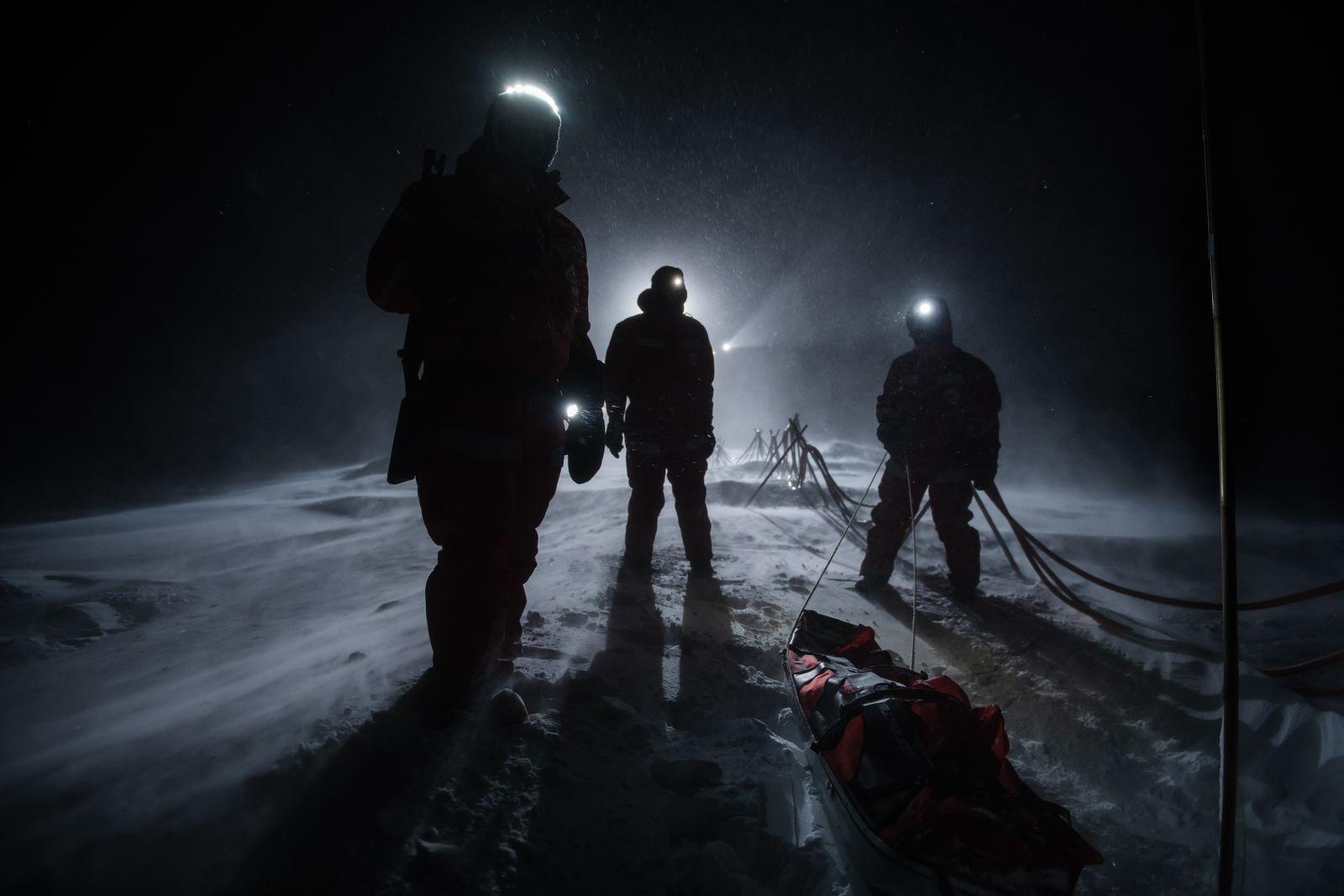 Wissenschaftler im Sturm auf ihrer Scholle: Auch in der Polarnacht gab es genug zu fotografieren Foto:Esther Horvath