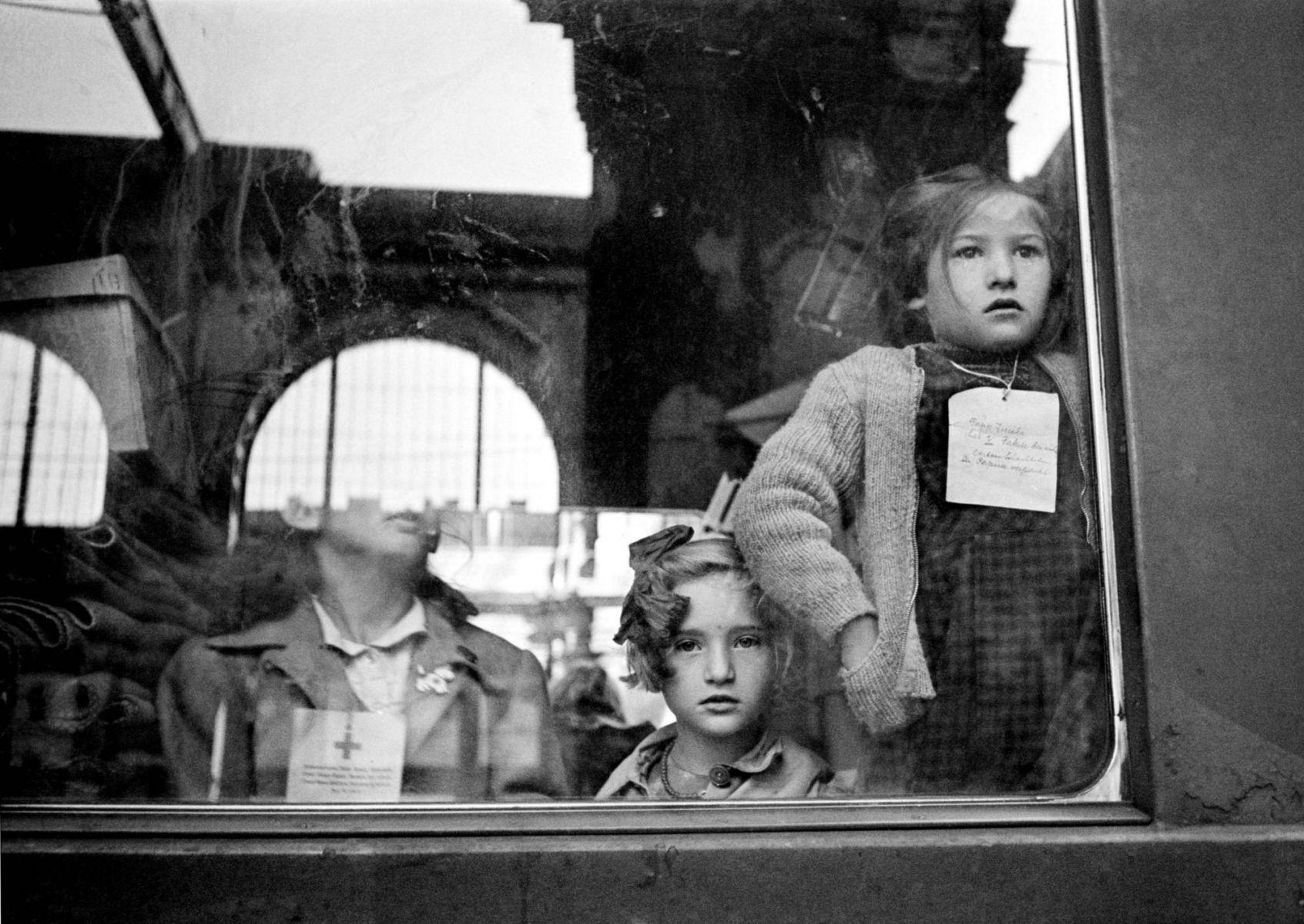 Werner Bischof: Ein Zug des Roten Kreuzes transportiert Kinder, die in der Schweiz Ferien machen können. Budapest, 1947.