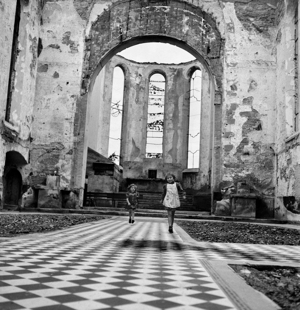 Werner Bischof: Kinder spielen 1945 in einer zerstörten Kirche in Friedrichshafen, Deutschland.