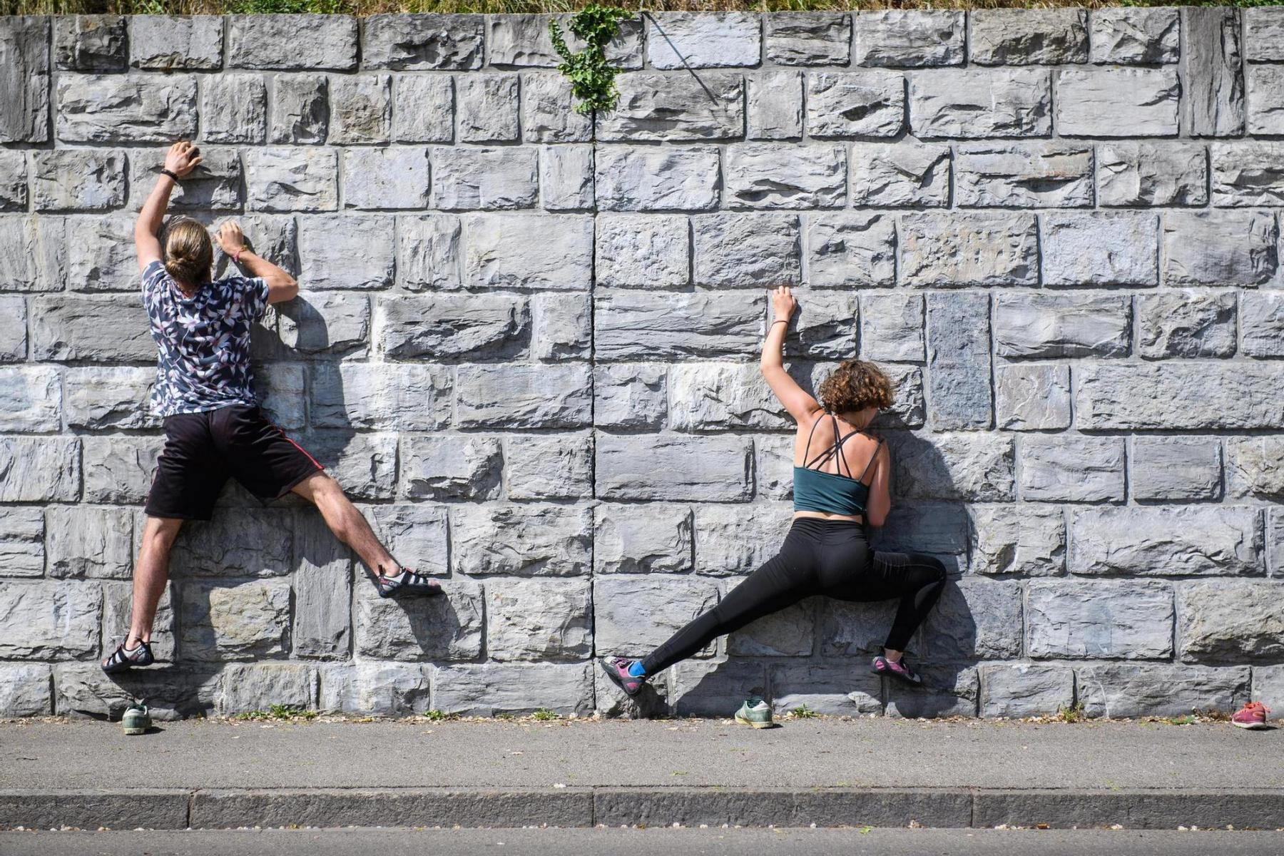 Lara Schroeter und Léon Aebischer nutzen am 29.4.2020 eine Wand am Aareufer unter der Kirchenfeldbrücke für Kletterübungen. Foto: Raphael Moser