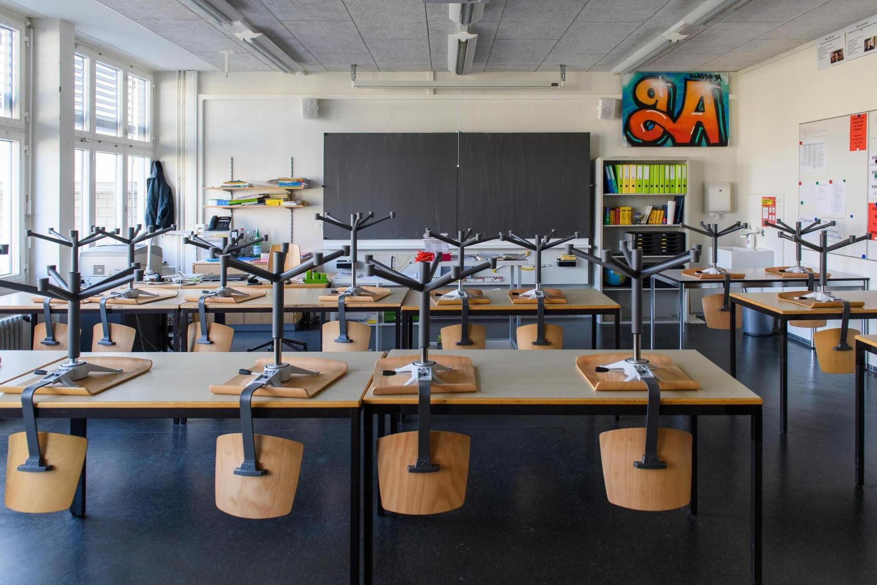 Die Schulen werden im Kanton Bern für mehrere Wochen geschlossen. Bild eines Schulzimmers im Schulhaus Morillon am 13.3.2020 in Köniz. Foto: Raphael Moser