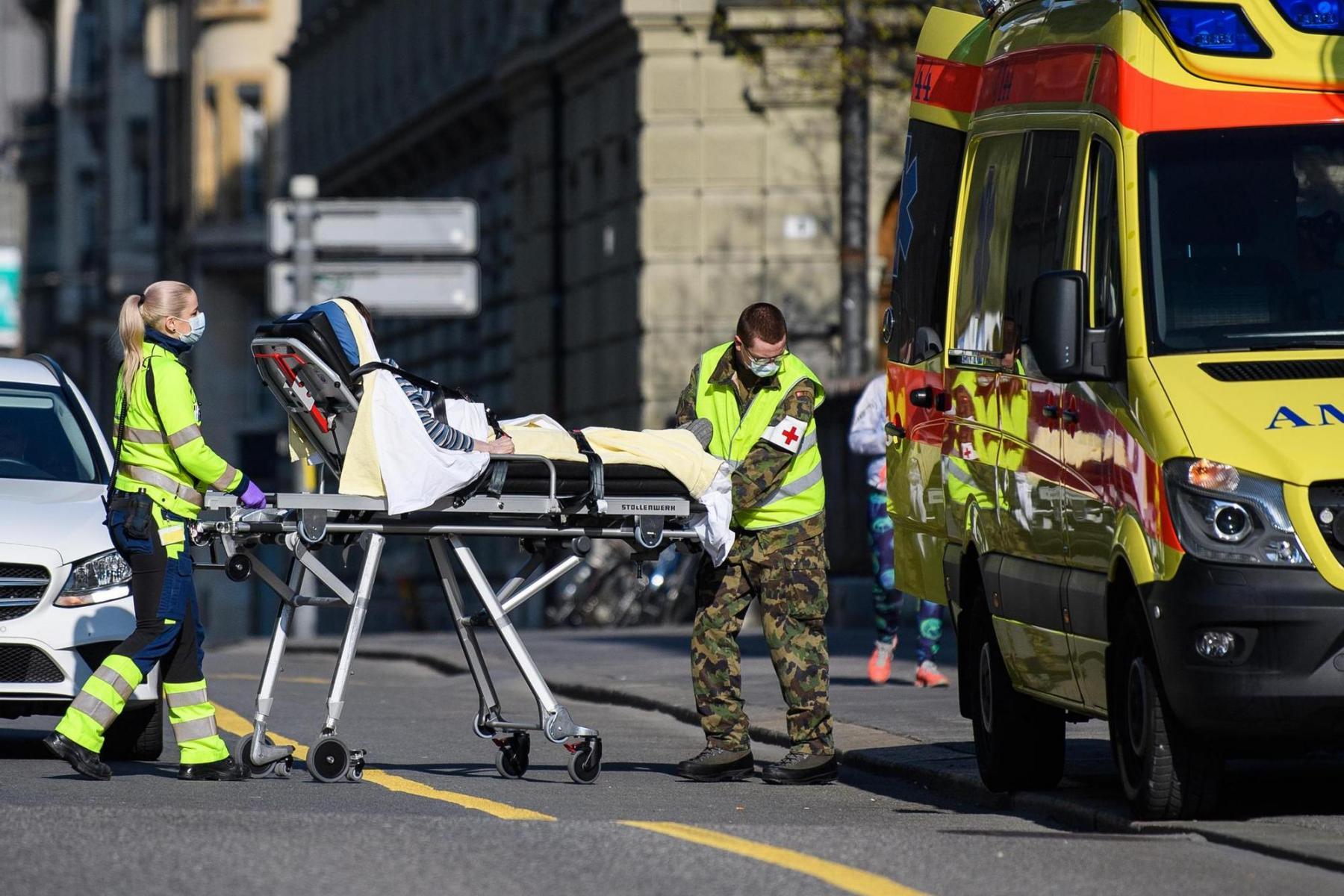Ein Angehöriger der Armee im Einsatz bei einem Ambulanztransport der Sanitätspolizei am 03.4.2020 in Bern. Foto: Raphael Moser