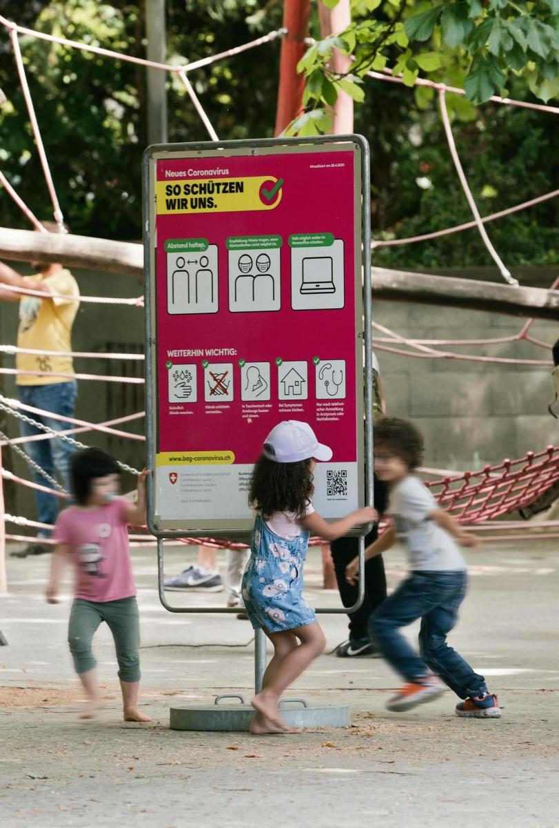 Impressionen aus der Stadt Bern vom 30.5.2020 nach den Lockerungen des Lockdown. Kinder spielen im Rosengarten. Foto: Susanne Keller