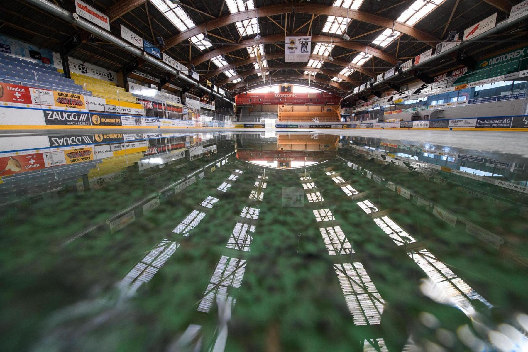 Die Eishalle Schoren in Langenthal am 24.3.2020 nach dem Abtauen des Eisfeldes. Die Eishockey-Saison wurde frühzeitig abgebrochen. Foto: Raphael Moser