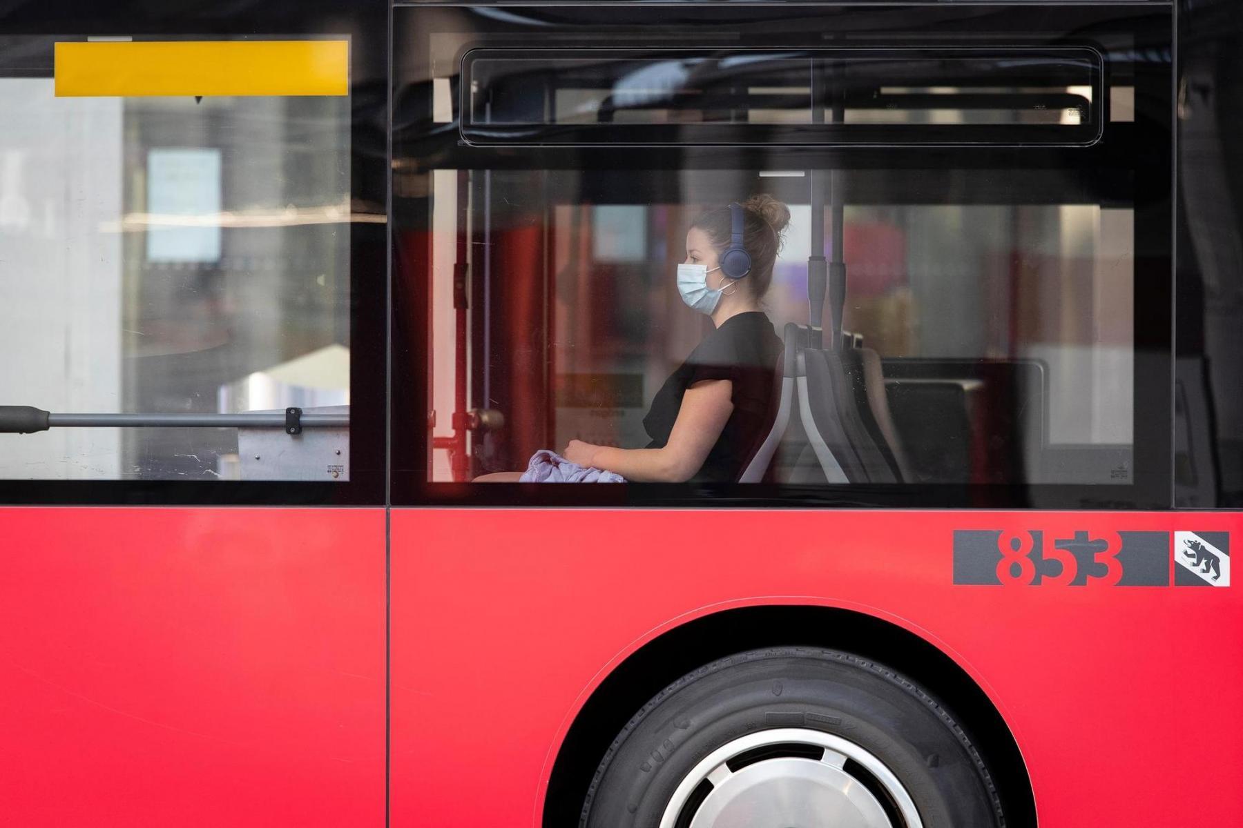 6. Juli 2020 in Bern. Im Sommer kam dann doch die Maskenpflicht im öffentlichen Verkehr, die in der Schweiz umstritten war und zunächst auch nicht in allen Kantonen galt. Foto: Nicole Philipp