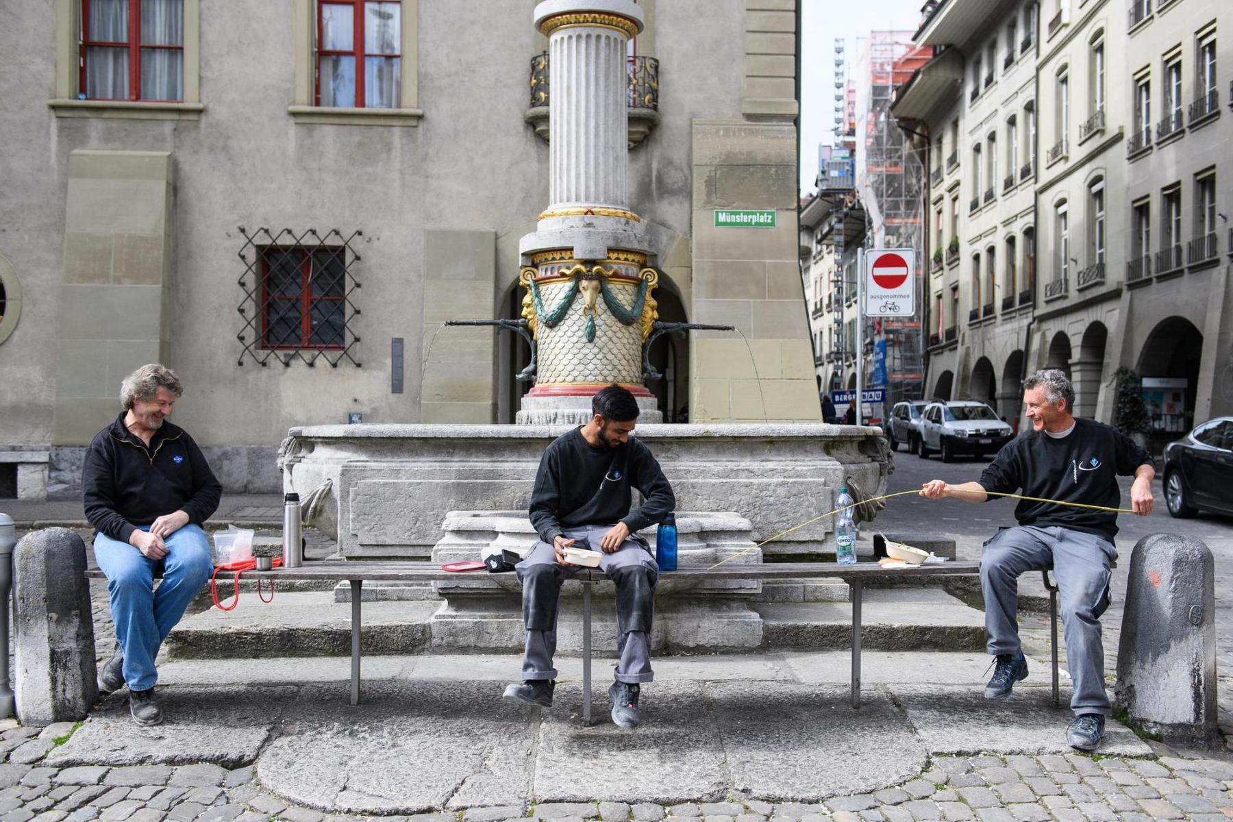 Stimmt der Abstand? Arbeiter messen am 17.3.2020 in Bern zum Spass ganz genau. Raphael Moser