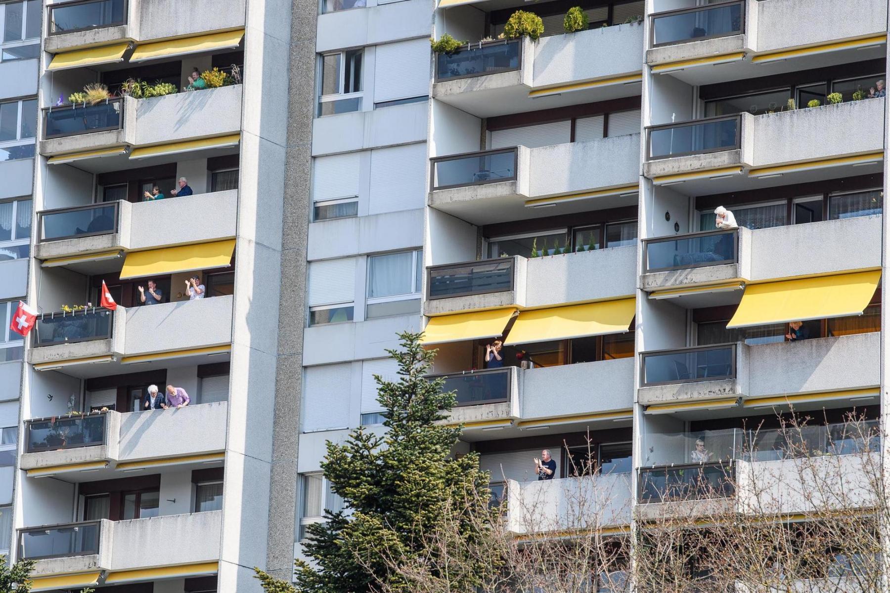 Die meisten Menschen nahmen die Aufrufe ernst und blieben zu Hause. Sie taten etwas für alle und für sich selber, ohne etwas zu tun. So einfach kann das manchmal sein. Hier applaudieren die Daheimgebliebenen aus Solidarität für das Gesundheits- und Pflegepersonal von ihrem Balkon aus am 20.3.2020 an der Funkstrasse in Bern. Foto: Raphael Moser