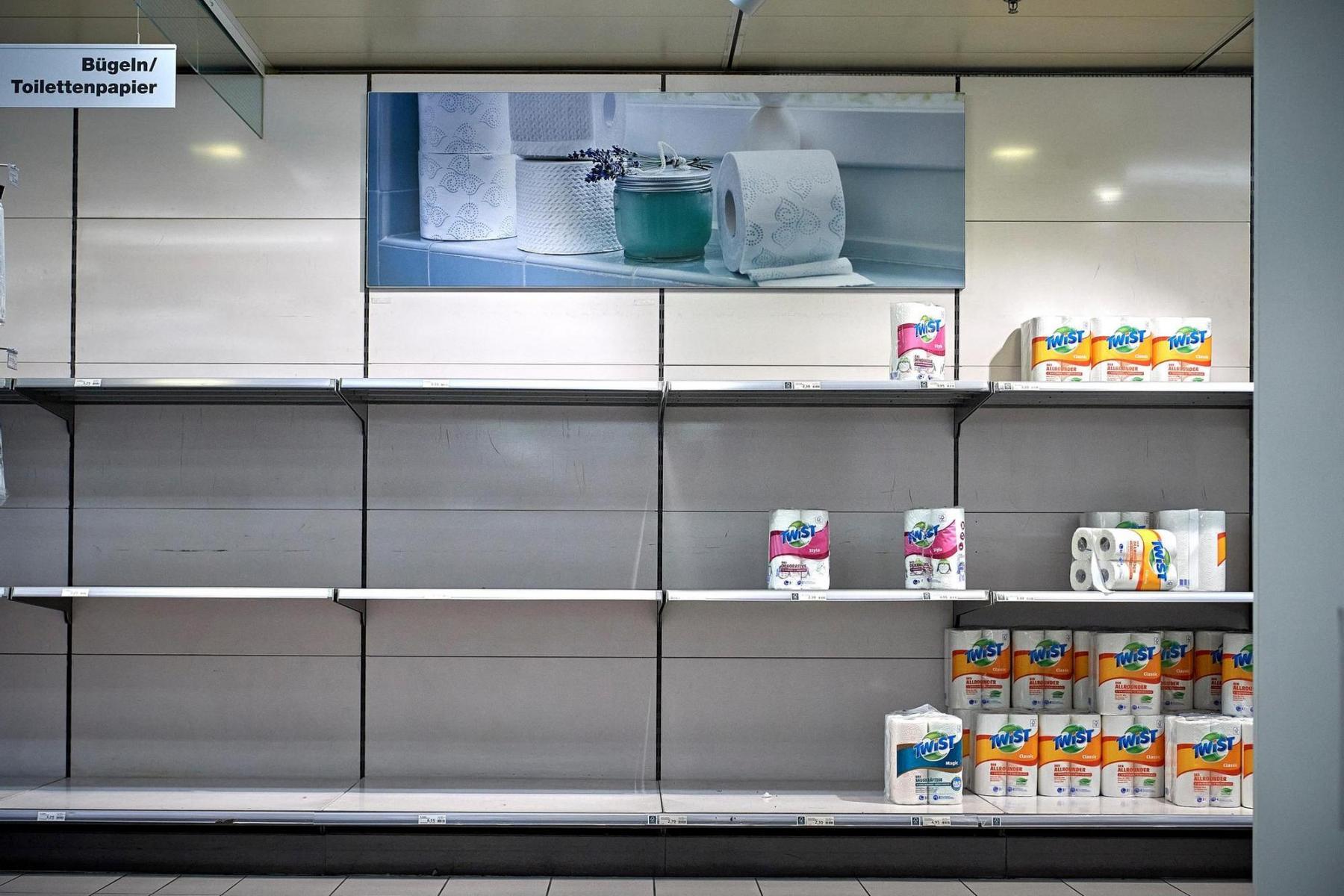 Die ausserordentliche Lage führt zu Hamsterkäufen. Leere Regale in der Migros Marktgasse am 7.4.2020. Nachgefragt wurde vor allem Toilettenpapier. Foto:  Adrian Moser