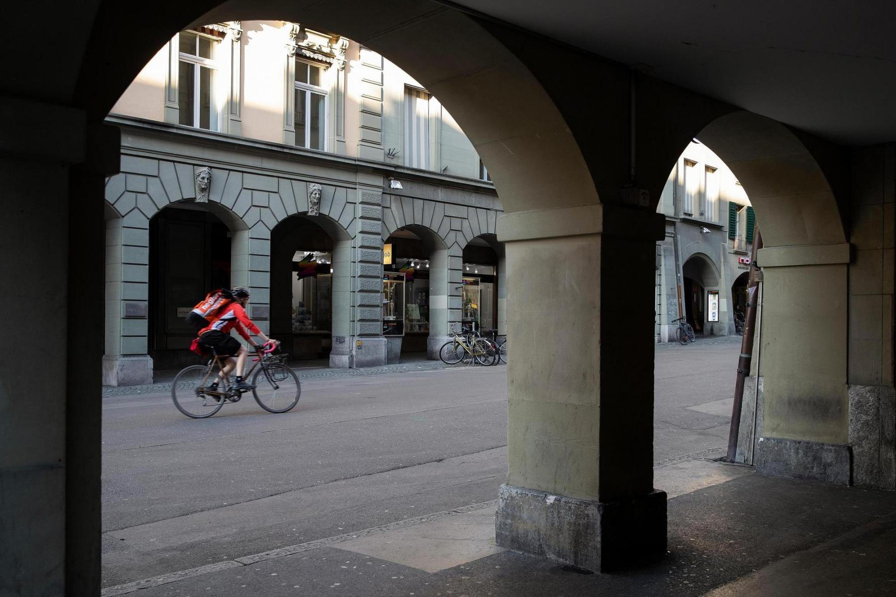 Die Stadt ist leer. Sie gehört den Velokurieren. Velokurier der Negishi-Sushi-Bar in der Aarbergergasse. Anlässlich einer Reportage zum Lockdown am Abend zwischen 18 und 20 Uhr in der Stadt Bern am 15.4.2020. Foto: Christian Pfander