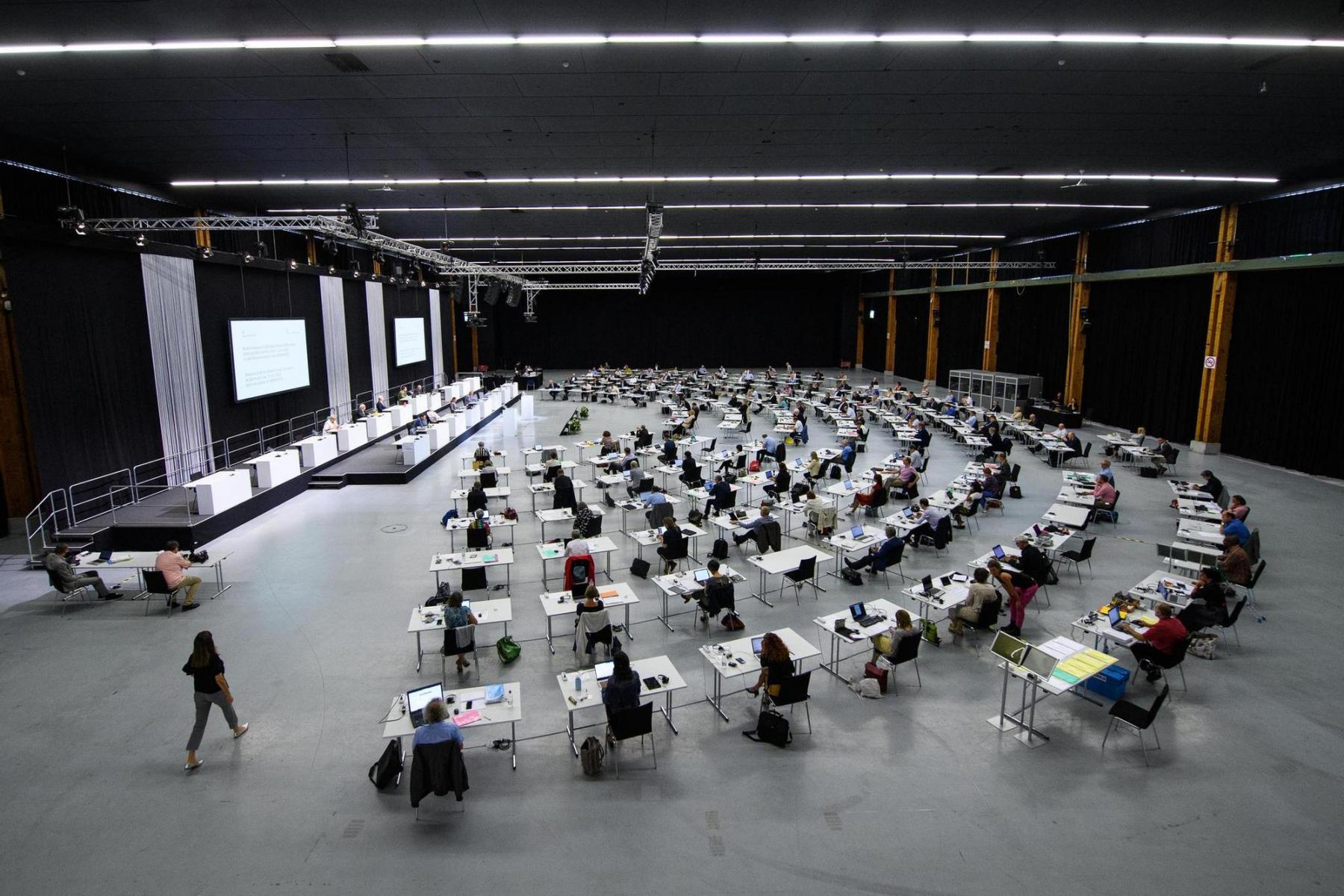 Mehr Raum: Sommersession des Grossen Rates des Kantons Bern am 2. Juni 2020, die wegen der Pandemie in der Festhalle der Bern Expo stattfand. Foto: Raphael Moser