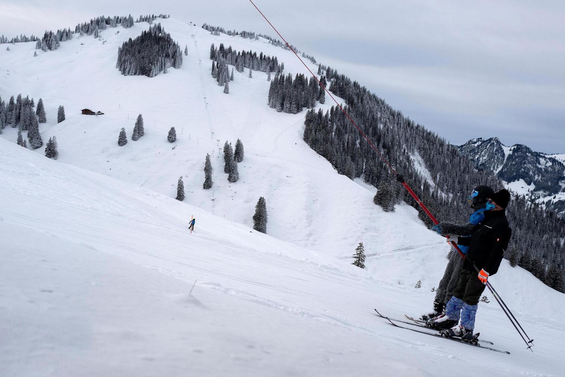 Im Dezember startet mit vielen Misstönen und gleichzeitiger Euphorie die Skisaison. Ski- und Snowboardfahrer mit Mund- und Nasenschutz im Skigebiet Wiriehorn im Diemtigtal am Sonntag, 27.12.2020. Foto: Christian Pfander