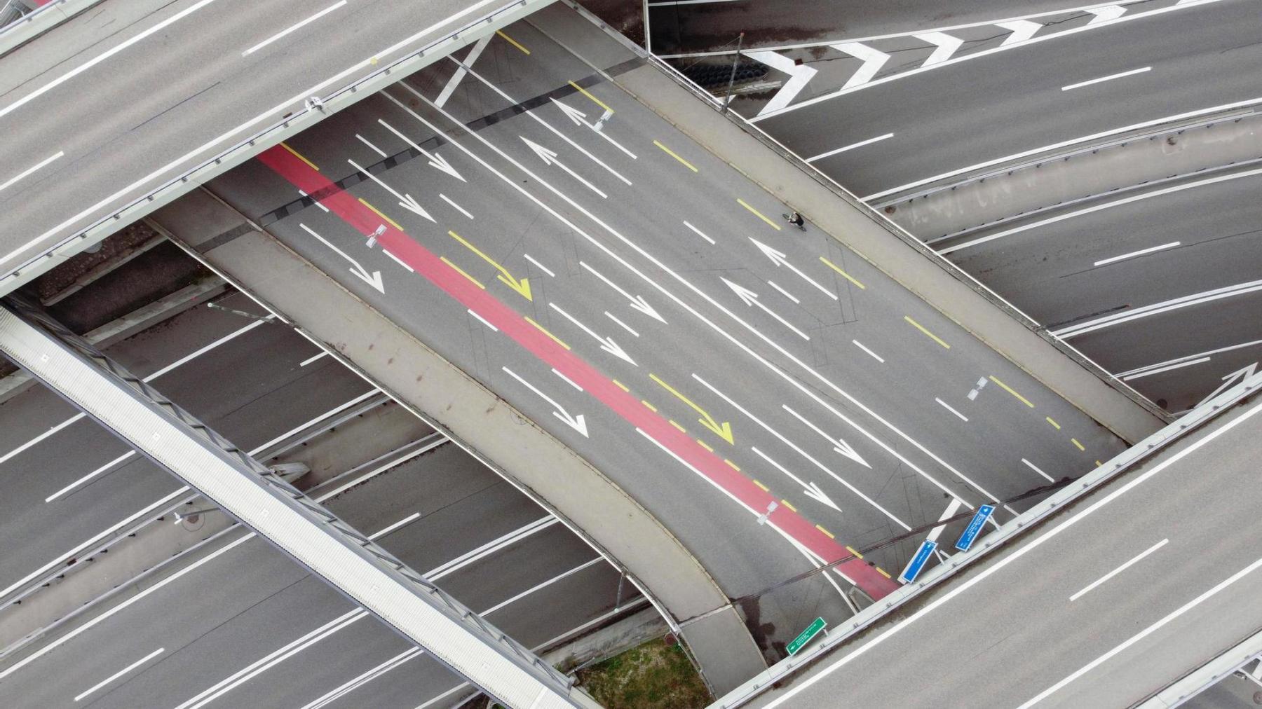 Nur ganz wenig Verkehr bei der Autobahnverzweigung Wankdorf am 6.5.2020. Die Leere während anderthalb Monaten im Frühjahr wegen der Corona-Pandemie wird in Erinnerung bleiben. Foto: Beat Mathys